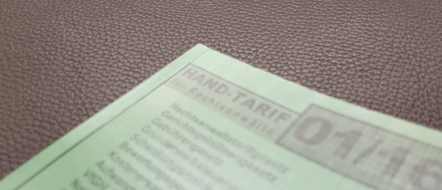 Der Ausschnitt eines Hand-Tarifs für Rechtsanwälte als Symbol für den auf dieser Seite verfügbaren Prozesskostenrechner.
